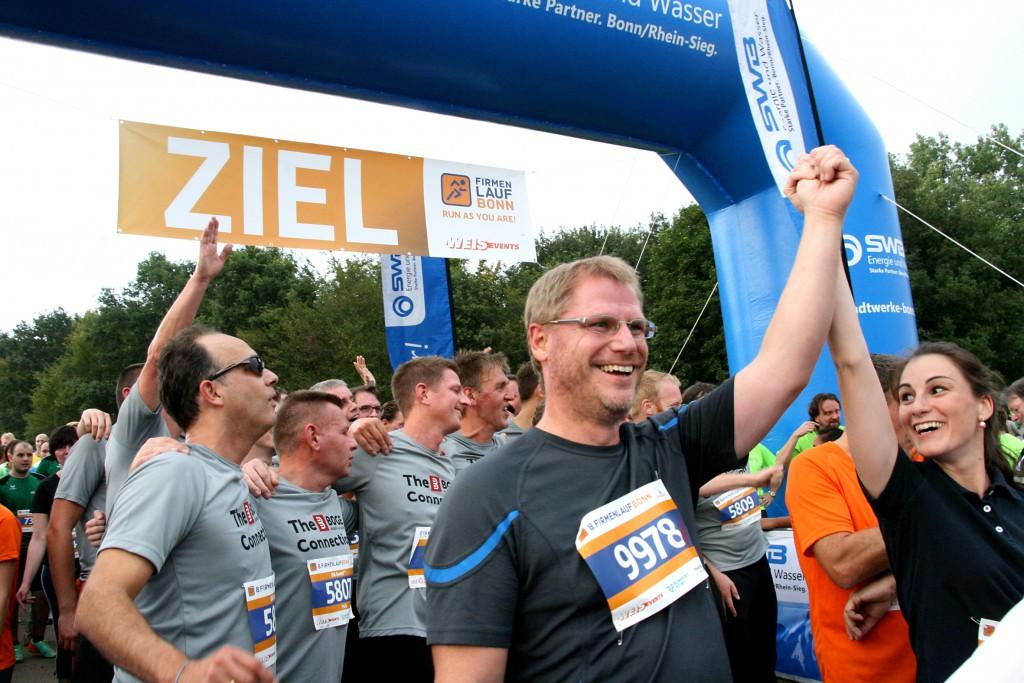 Zieleinlauf beim 8. Firmenlauf Bonn am 04.09.2014 in der Bonner Rheinwiese.  Mehr Informationen: www.fila-bonn.de