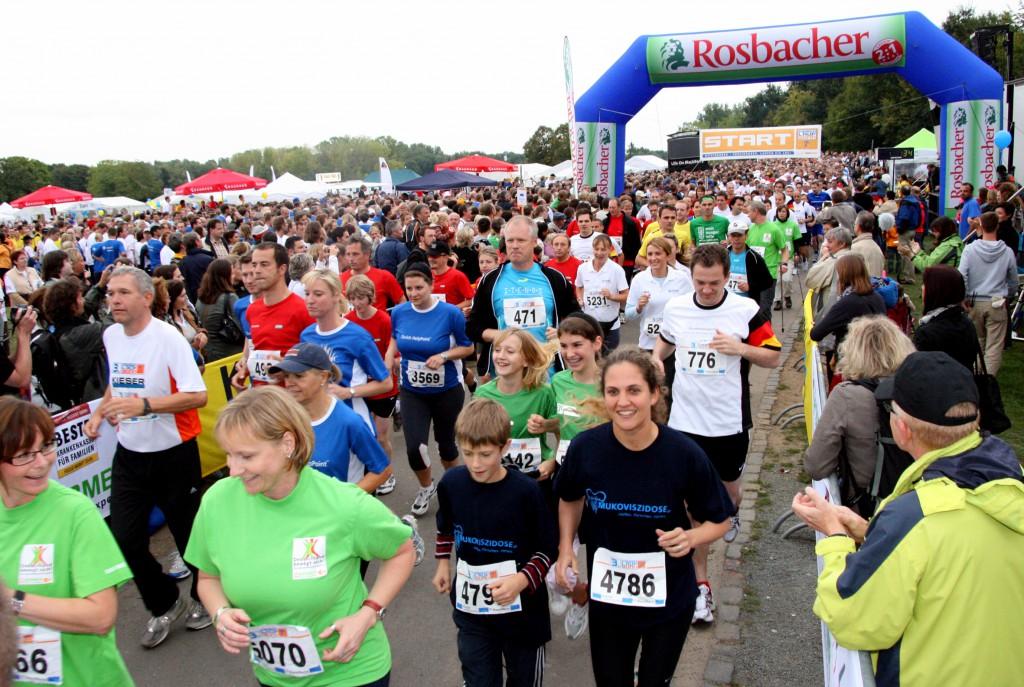 Beim 3. Firmenlauf Bonn am 10.09.2009 in der Bonner Rheinaue ging es nicht um die Schnellsten, sondern um den Teamgedanken, den gemeinsamen Spaß auf der 5,7 km langen Strecke - und um den guten Zweck. Insgesamt 281 Firmen-Teams mit über 5100 Läufern und Walkern aus Bonn und dem Rhein-Sieg-Kreis machten das Teamevent zum größten Firmenlauf im Rheinland. Über 13.000 Euro an Spenden zugunsten CARE und Mukoviszidose e.V. kamen durch den Veranstalter Weis Sportevents und die Teilnehmer zusammen.  Informationen: www.firmenlauf-bonn.de Fotograf: Martin Graffmann