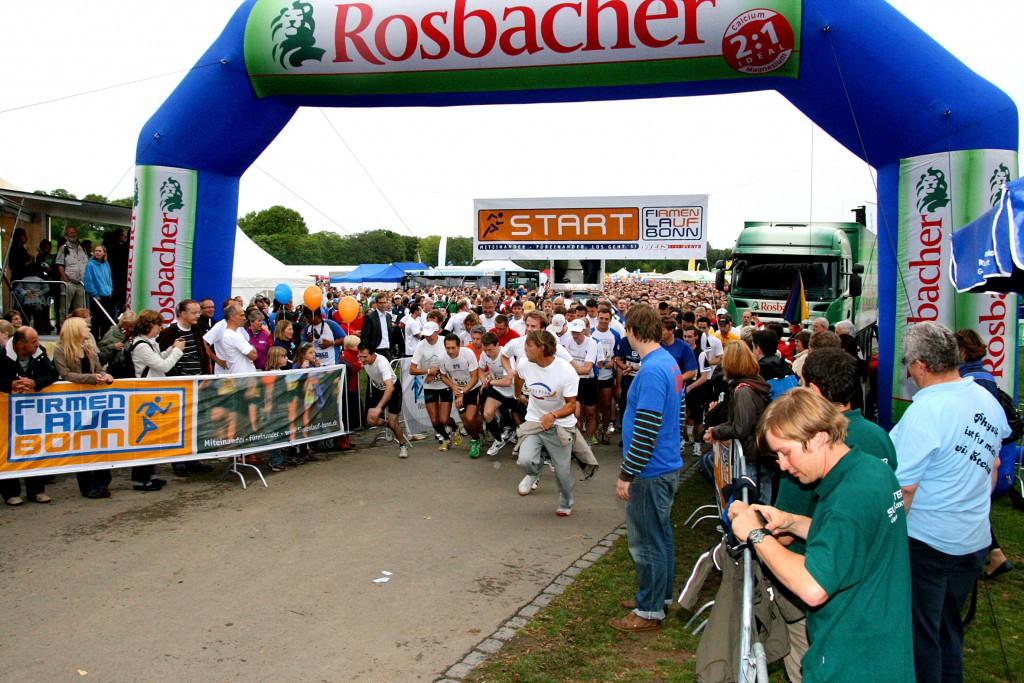 """Start beim 5. Firmenlauf Bonn am 08.09.2011 in der Bonner Rheinaue. Der Firmenlauf Bonn ist ein Teamevent und kein Wettkampf. Hier geht es um den Teamgedanken, man lernt die Kollegen und Kolleginnen ganz anders kennen, das fördert das Miteinander und das """"Wir-Gefühl"""" in den Unternehmen. Einen neuen Rekord brachte der 5. Firmenlauf Bonn bei der Teilnehmerzahl mit 6250 Läufer und Walkern und bei der Spendensumme zugunsten der beiden Bonner Hilfsorganisationen CARE und Mukoviszidoese e.V. in Höhe von insgesamt 16.498 €. Weitere Informationen auf www.fila-bonn.de"""