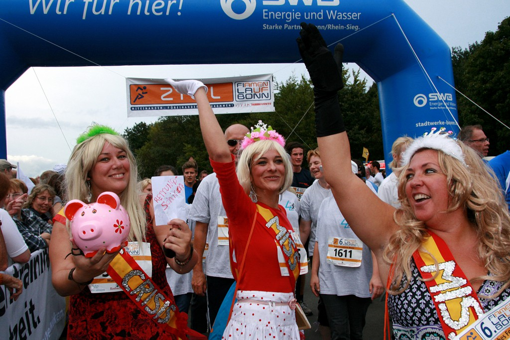 Gemeinsam bestens gelaunt ins Ziel beim Firmenlauf Bonn 2012:Beim Firmenlauf gibt es keine Preise für die schnellsten Zeiten, dafür aber u.a. für die besten Verkleidungen. Hier das Team des Spanischen Forums.