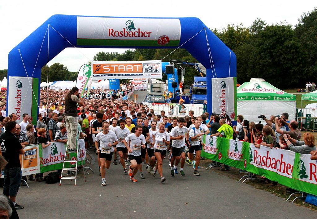 Start beim Firmenlauf Bonn 2012. Gemeinsam mit den Kolleginnen und Kollegen auf die Laufstrcke gehen, ohne Wettkampfstress aber mit viel Spass und Party danach. Mit 7500 Läufern und Walkern erreichte der Firmenlauf Bonn 2012 einen neuen Rekord und war wieder ausgebucht. Rund 13.000 Euro spendeten Teilnehmer und Veranstalter zugunsten der Bonner Hilfsoranisationen CARE und Mukoviszidose e.V.