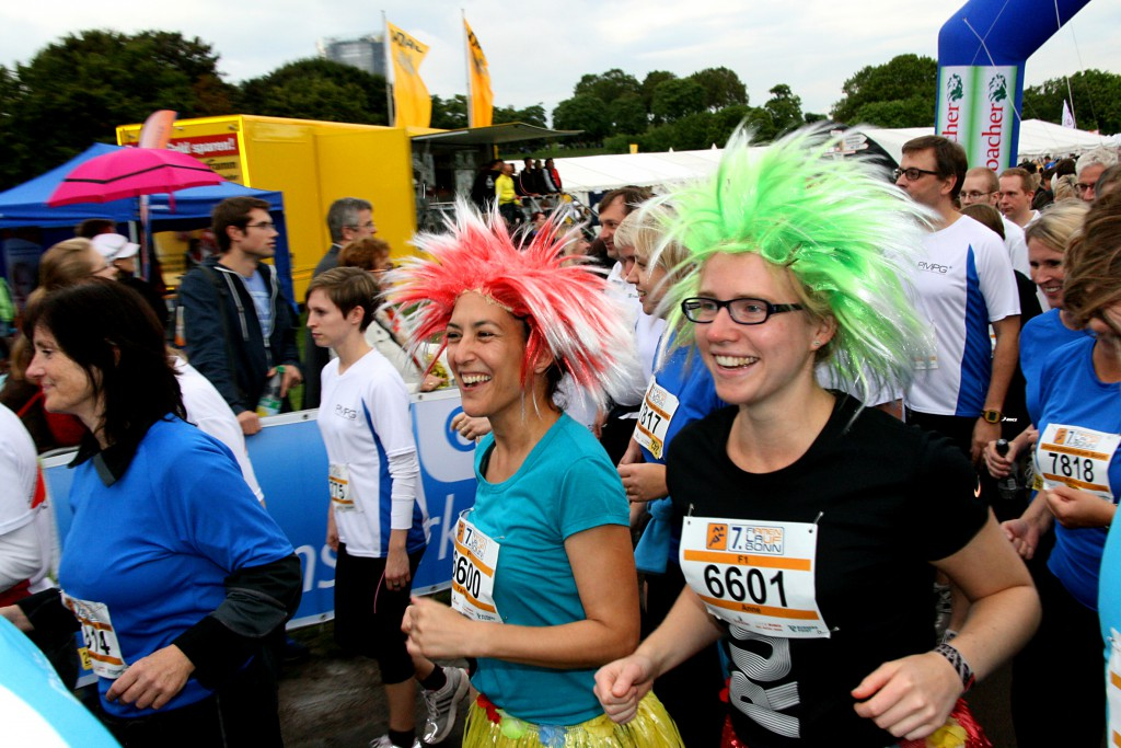Sichtbar gut gelaunt beim Start zum 7. Firmenlauf Bonn am 12.09.2013 gehn diese beiden Läuferinnen auf die 5,7 Kilomenter lange Strecke durch die Bonner Rheinaue.