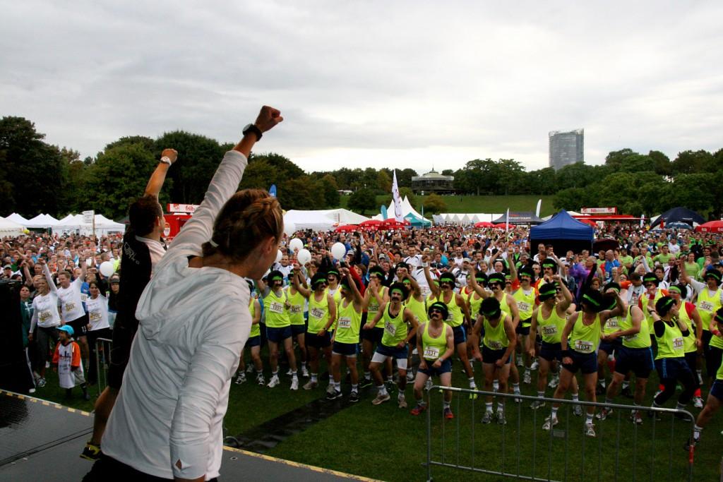 Beim Aufwärmen zum 7. Firmenlauf Bonn am 12.09.2013 liegt ein Hauch von Karneval in der Luft. Viele Teams gehen traditionell verkleidet auf die Laufstrecke in der Bonner Rheinaue.