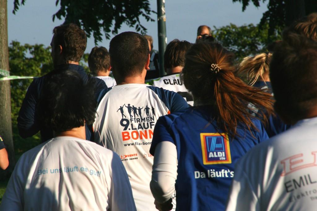 Laufen ohne Wettkampfstress: 11.178 Läufer, Walker und Rollifahrer gingen bein 9. Firmenlauf Bonn auf die 5,4 Kilometer lange Laufstrecke in der Bonner Rheinaue. Beim Firmenlauf Bonn geht es nicht um die Schnellsten, sondern um den Team- und Sportgeist, um Motivation, Kreativität und die gute Sache. 19.000 Euro spendeten Veranstalter und Teilnehmer 2015 an die beiden Boonner Hilfsorganisatione CARE und Mukoviszidose e.V.  Veranstalter des Firmenlaufs Bonn ist Weis Events GmbH (www.weis-events.de).